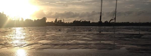 Đất nền gần sông thường yếu, ẩm, có nhiều nước