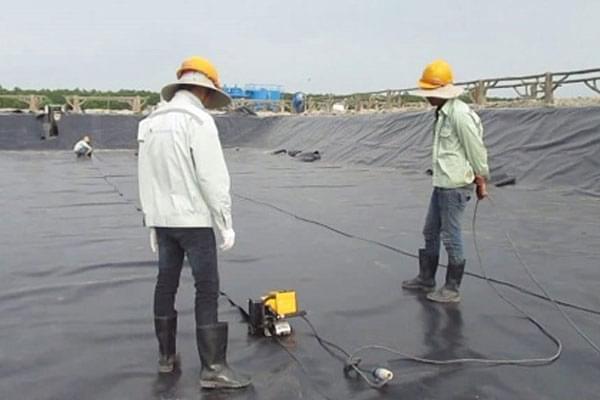 Trải màng HDPE trên bề mặt phẳng theo hướng bất kỳ