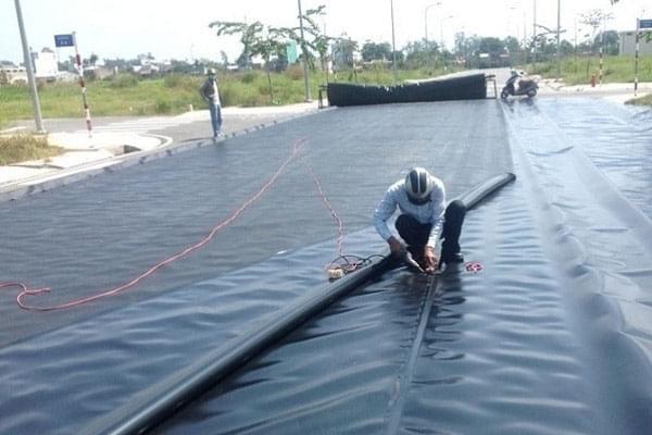 Trải màng HDPE đến đâu cần phải chặn bao tải cát đến đó