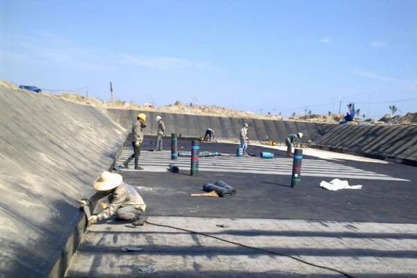 Mặt bằng trước khi trải màng HDPE chống thấm cần phải đạt các yêu cầu kỹ thuật cần thiết