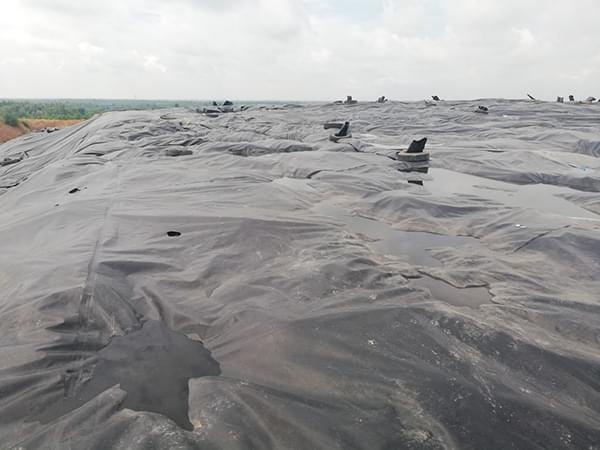 Màng chống thấm HDPE được sử dụng làm lớp lót hoặc lớp phủ bãi rác