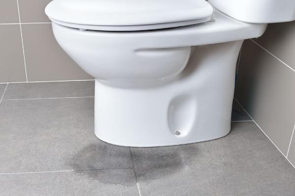 Có nhiều nguyên nhân gây thấm nhà vệ sinh như hệ thống ống nước bị rò rỉ, mặt sàn xử lý không đúng cách,...